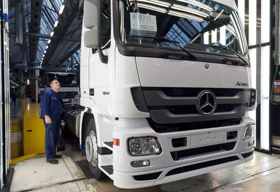 Daimler's Emissions Issues Mount With Truck Engine Sale Stop