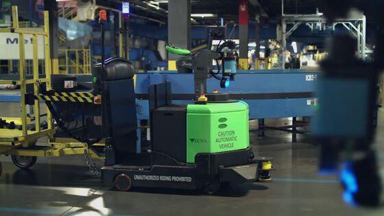 Robots on Warehouse Floor Show a Surprise Perk of Hot Job Market