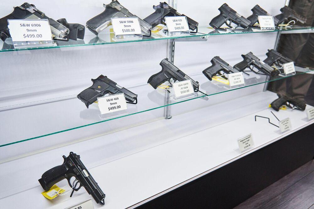 Revólveres em prateleiras de lojas de armas recolhidas em Rockville, Maryland.