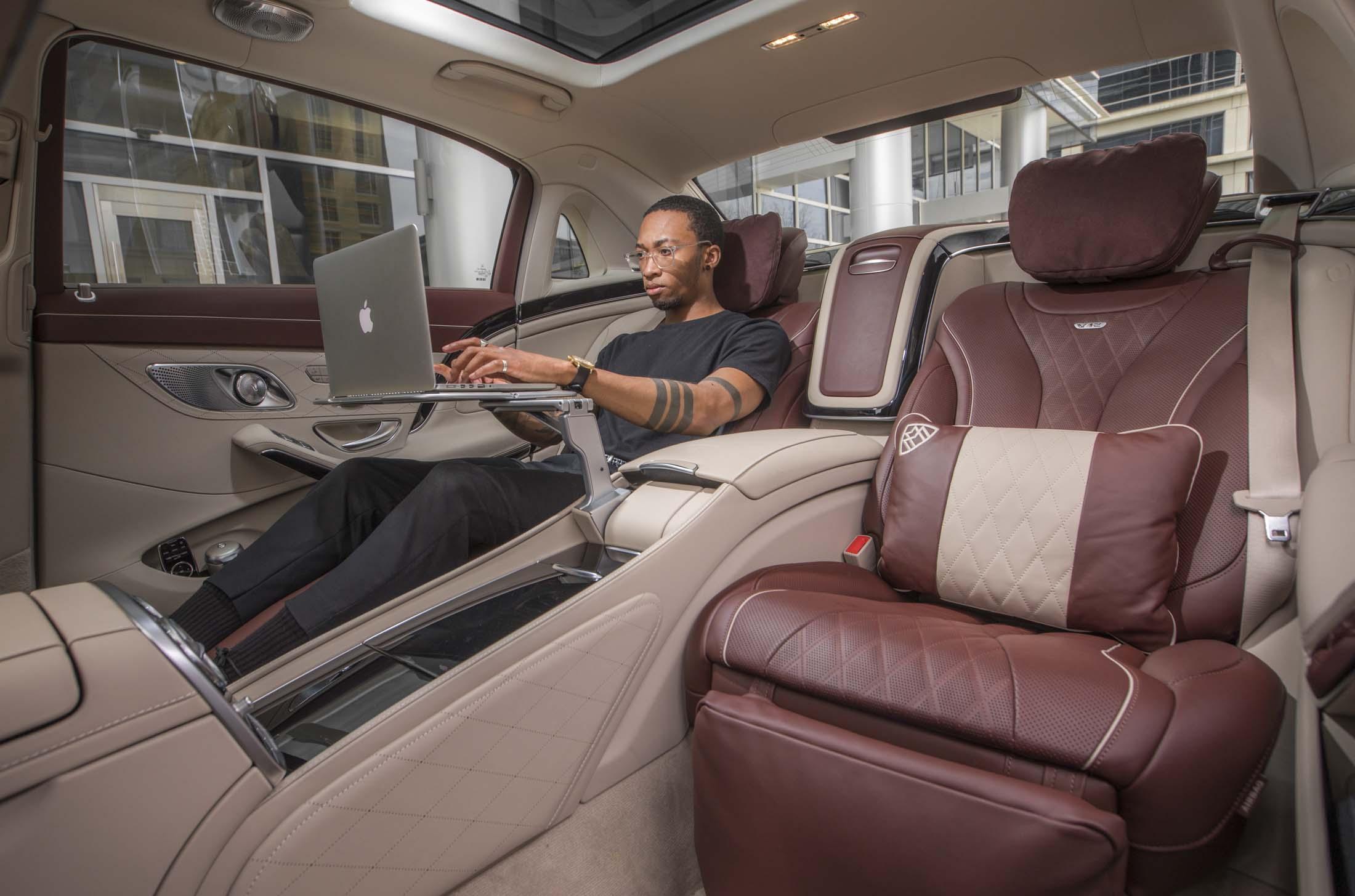 ホテルのように快適な高級車の後部座席ーマッサージ機能や冷蔵庫完備 - Bloomberg