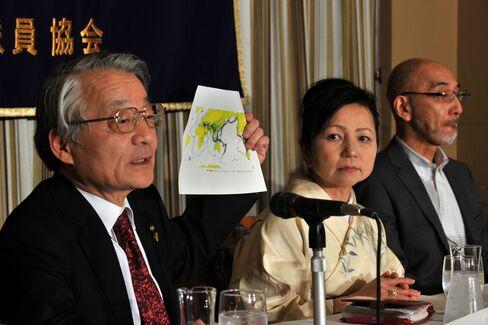 記者会見に臨む河合氏(2012年3月、都内)