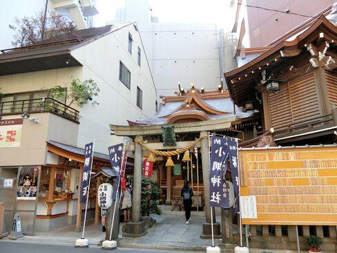 The tiny Koami Shrine in Tokyo.