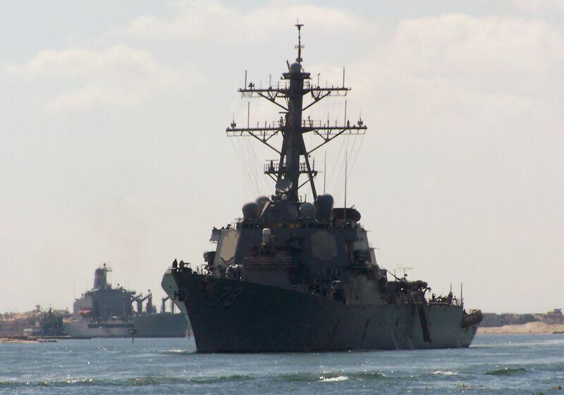 یک تصویر بر روی اکتبر 12، 2012 از بندر مصر Ismalia، 120 کیلومتری شمال خاوری قاهره صورت گرفته است، آمریکا ارتش ویرانگر USS پورتر عبور از کانال سوئز را نشان می دهد. یو اس اس پورتر فقط تور خود را از بازی جنگ با گروه ناو نیروی دریایی ایالات متحده در خلیج فارسی، نزدیک به ساحل ایران، خلیج عدن و دریای عرب به پایان رسید. عکس از خبرگزاری فرانسه / STR (عکس باید تی آر / خبرگزاری فرانسه / GettyImages خوانده شده)