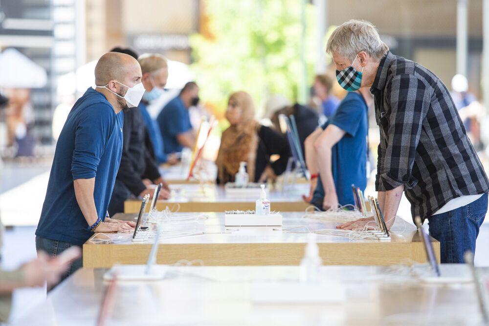 Un empleado ayuda a un cliente en una tienda Apple en Palo Alto, California.