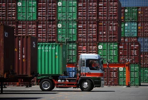 Japan Contraction Risk Rises on Faltering Global Demand