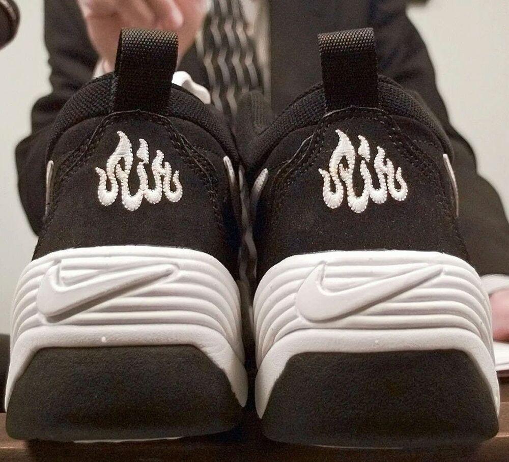contacto puerta Estúpido  Nike Faces Muslim Anger Over Alleged 'Allah' in AirMax Logo - Bloomberg
