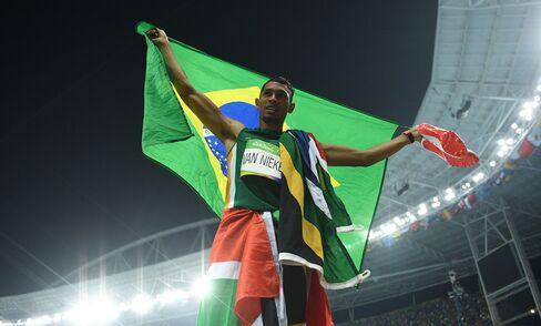 Wayde van Niekerk celebrates winning the men's 400 meter final on Aug. 14, 2016.