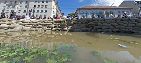 Germans Join to Battle Rising Floods Threatening Historic Cities