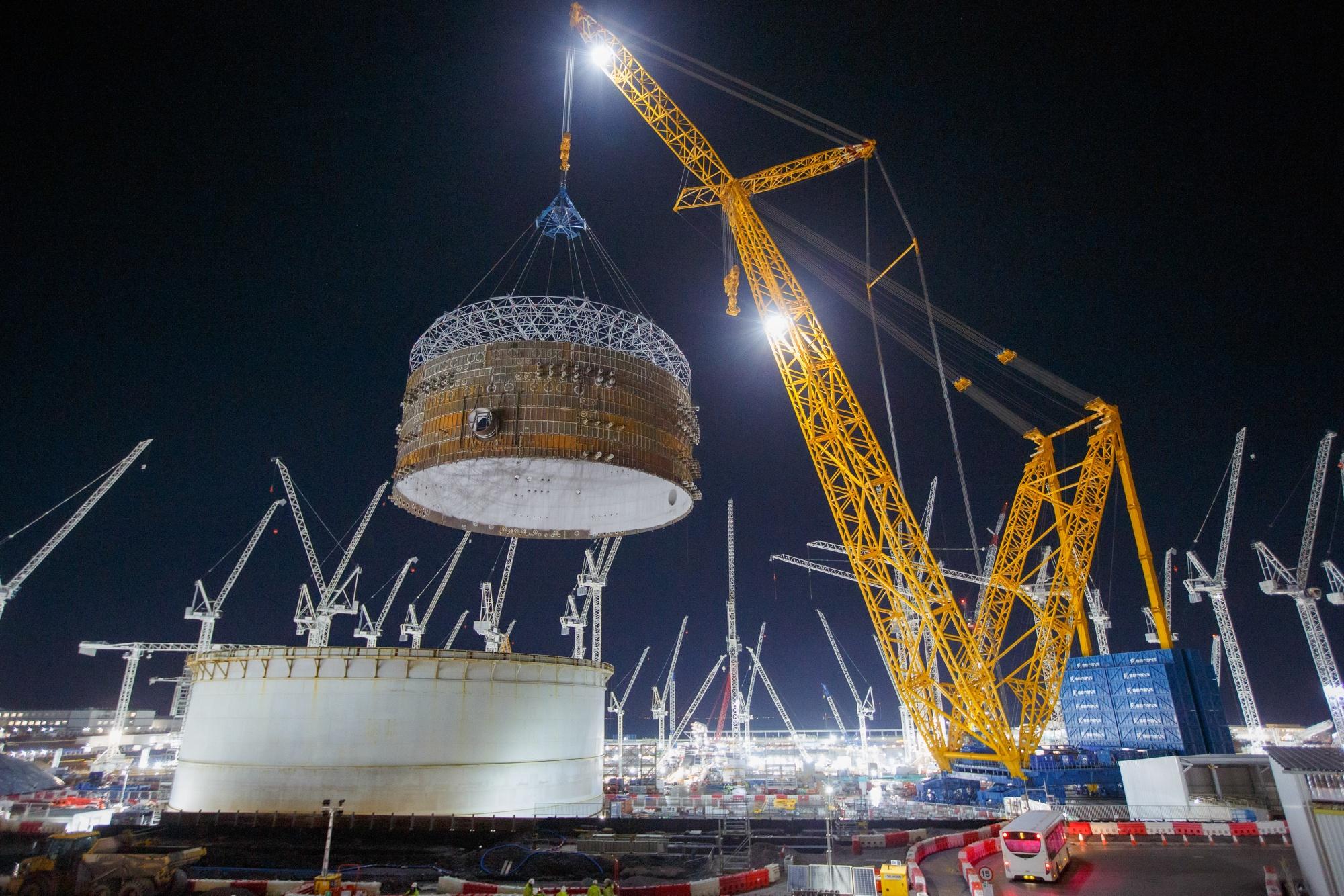 Duży Carl konstrukcyjny stalowy pierścień zabezpieczający w Hinkley Point C, niedaleko Bridgewater w Wielkiej Brytanii, 17 grudnia.