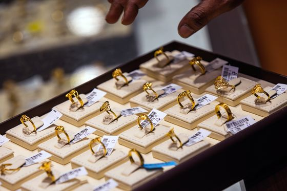 Asian Shoppers Snap Up Gold Bangles to Bars Amid Price Slump