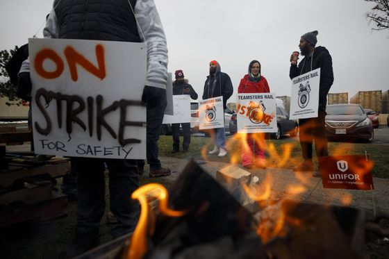 Canadian Heavy Crude Weakens as Rail Strike Halts Shipments