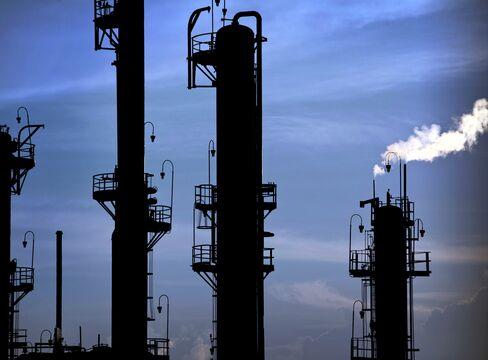 Crude Oil Trades Near Seven-Week High on Economic Optimism