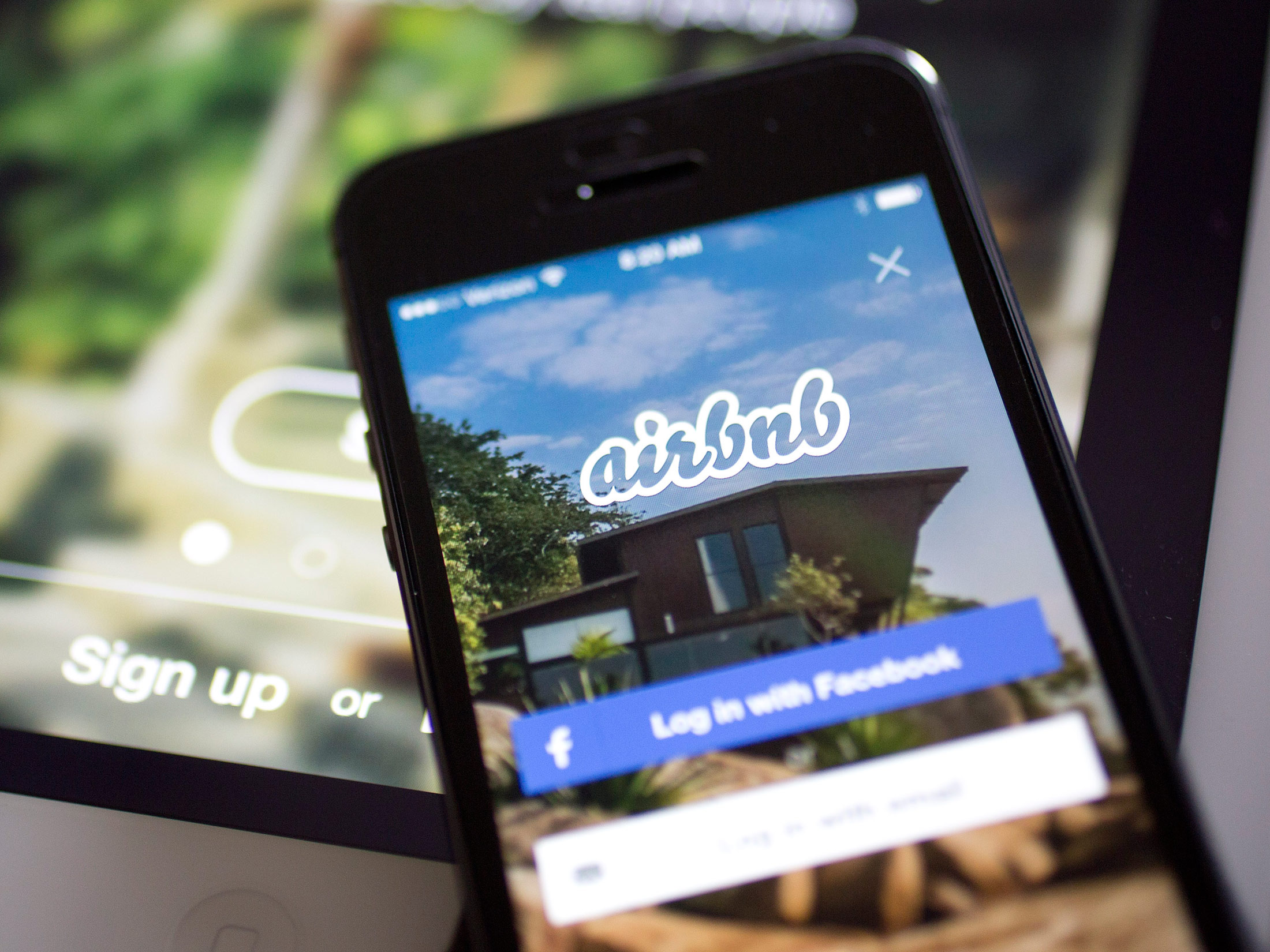 Airbnb Tries Out Concierge Role With App for Dining, City Guides