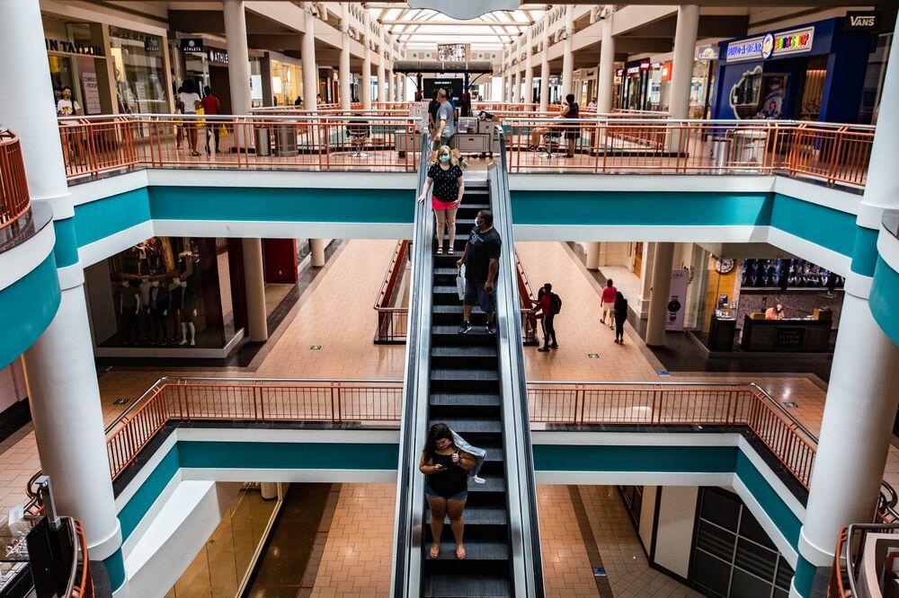 W lipcu klienci przechodzą przez centrum handlowe Destiny USA w Syracuse w stanie Nowy Jork w USA.