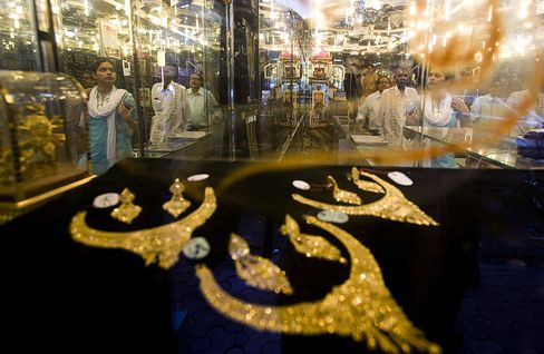 Gold Demand in India to Drop as Buyers Prefer to Hoard Cash