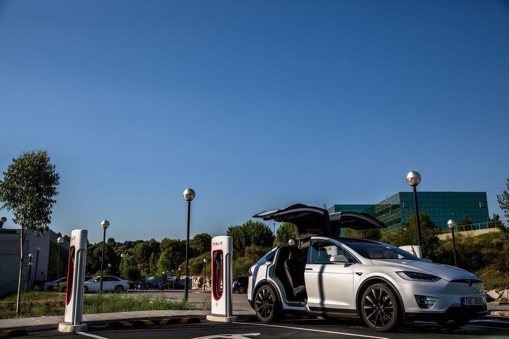 Tesla's 'Anemic' High-Margin Model Sales Extends Profit