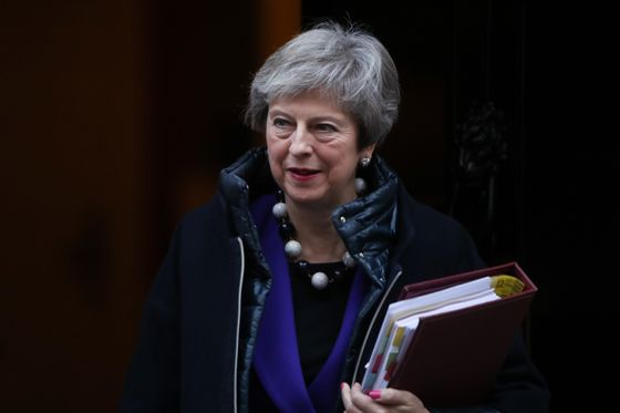 U.K.'s May Set to Put Brexit Plan to Cabinet Despite Splits