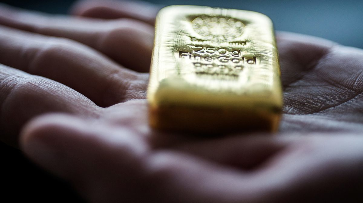 Gold Rallies as Trump's 'Toughest Time in Office' Batters Dollar