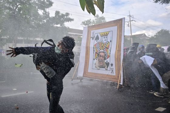 Thai Police Use Tear Gas on Protesters Angry With Virus Response