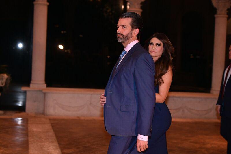 Donald Trump Jr và bạn gái Kimberly Guilfoyle đến ăn tối đêm Giáng sinh cùng gia đình tại Mar-A-Lago ở Palm Beach, Florida năm 2019. @: Nicholas Kamm / AFP qua Getty Images