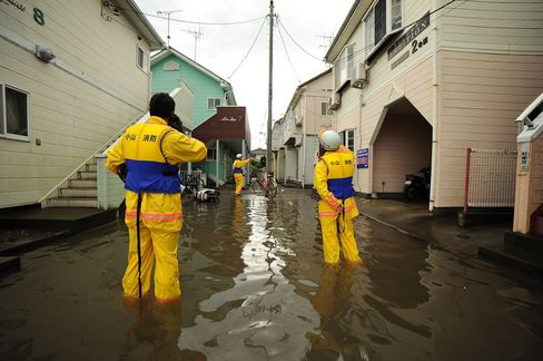 Firefighters conduct search and rescue operations in Oyama city on Thursday. Many parts of central and eastern Japan have been hit in recent days by torrential rain and heavy winds caused by Typhoon Etau.