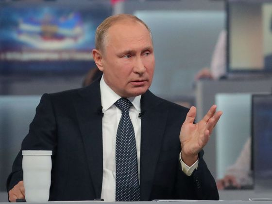 Putin Reassures Russians on Economy, Gas Prices in Call-in Show