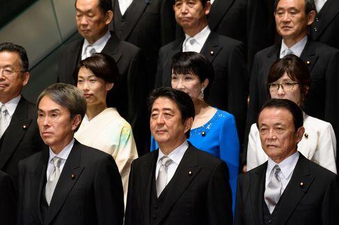 安倍首相(前列中央)と麻生財務相(同右)
