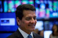 交易在纽约证券交易所的地板上,因为美元在多维鲍威尔演讲中贬值