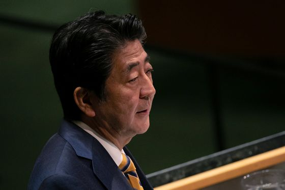 Abe, Kuroda Mount Pressure on Japanese Businesses to Lift Wages