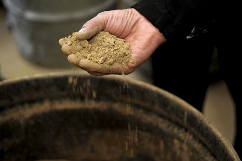 Molycorp Jumps After Loss Narrows as Rare-Earth Output Increases