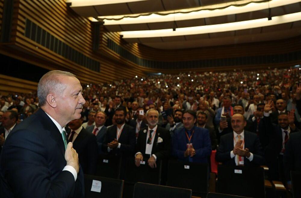 """Ο Erdogan συνεχίζει το """"βιολί"""" του παρά την ήττα στην Κωνσταντινούπολη"""