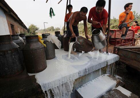 農民が売れ残りの牛乳を廃棄(2008年9月、河北省で)
