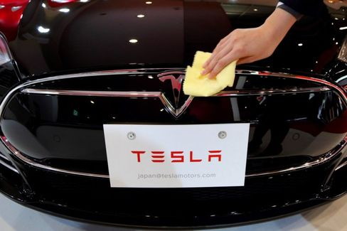 With Big Obstacles Ahead, Tesla Still Isn't Checking Its Rear View
