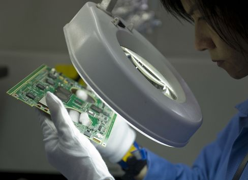 Singapore's Exports Decline More Than Estimated on Electronics