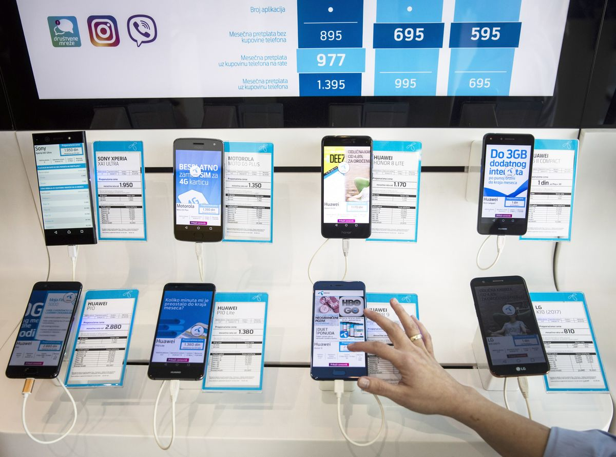 Wary Smartphone Buyers Help Trump Turn the Screws on Huawei