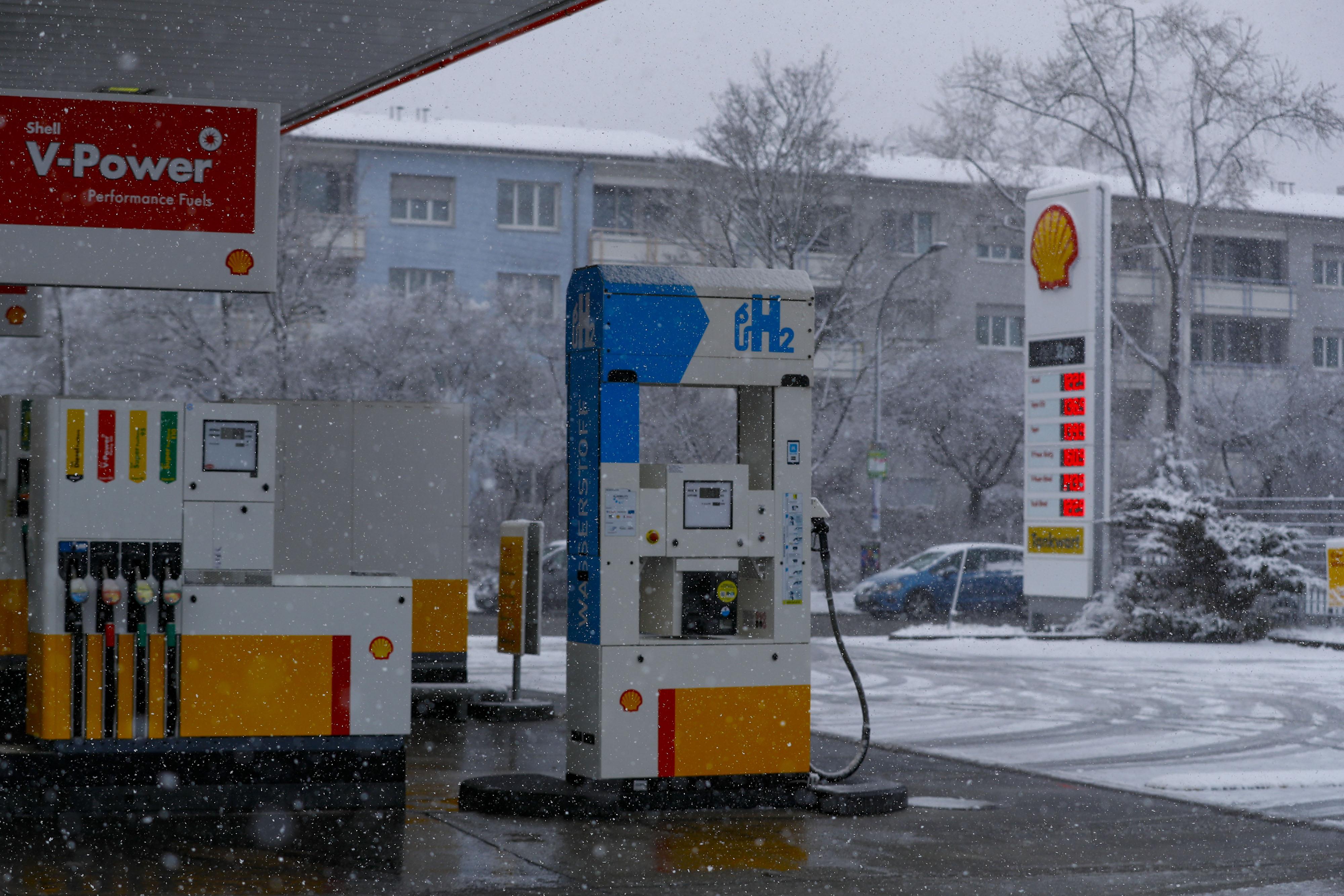 A hydrogen fuel pump stands on the forecourt of a Royal Dutch Shellgas station in Sindelfingen, GermanyonFeb. 26, 2020.