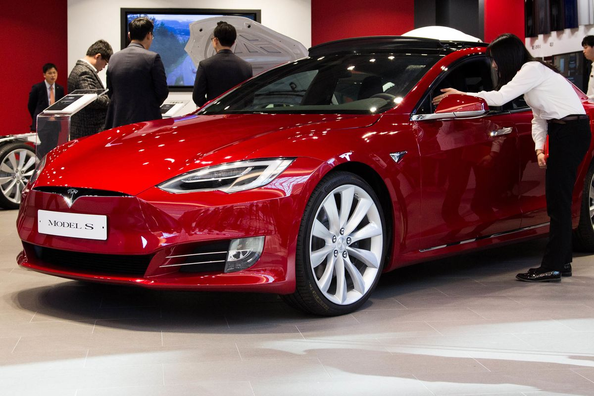 Tesla Recalls May Disrupt Cash Flow in Lease Bonds, Moody's Says