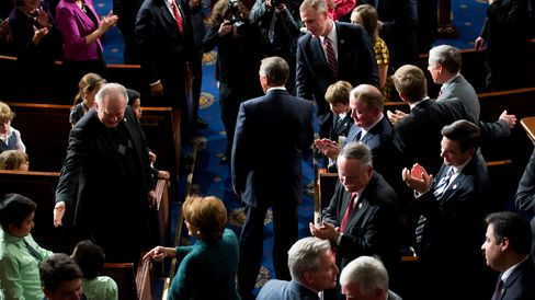 U.S. House Speaker John Boehner, a Republican from Ohio, center, and U.S. House Minority Leader Nancy Pelosi, a Democrat from California, bottom center, wal down the aisle during the first session of the 114th Congress in the House Chamber at the U.S. Capitol in Washington, D.C., U.S., on Tuesday, Jan. 6, 2015.