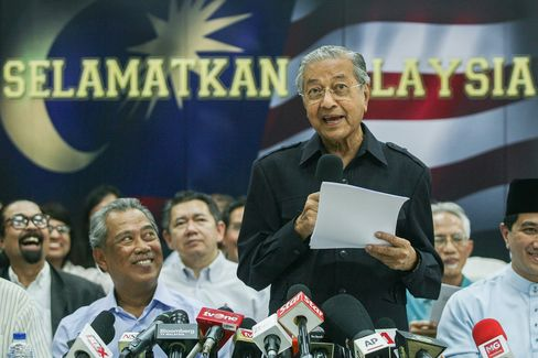 """Former Malaysian prime minister Mahathir Mohamad speaks to journalist during the news conference """"Save Malaysia"""" signing of the declaration demanding the removal of Prime Minister of Malaysia Najib Razak on March 4."""