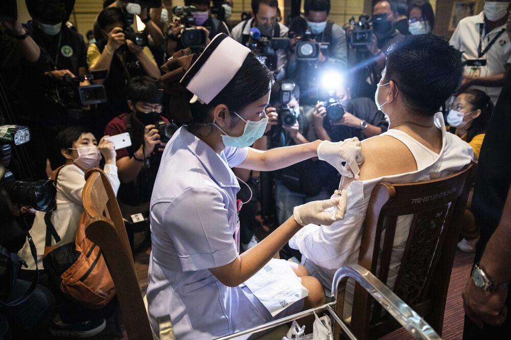 Suntikan vaksin di Thailand