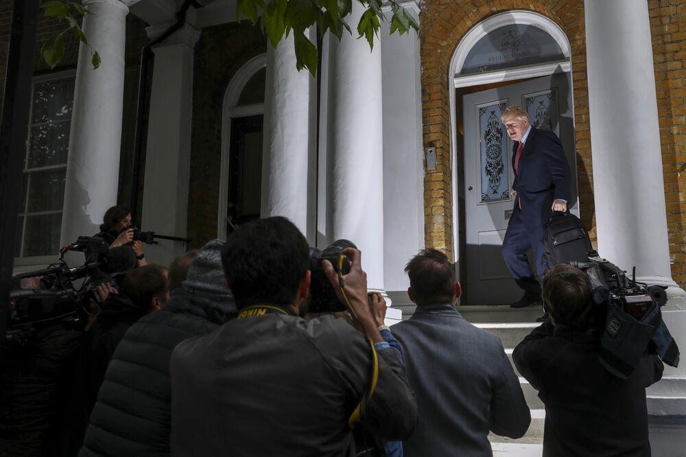 Hunt Accuses Johnson of Dodging Scrutiny in Race to Lead U.K.