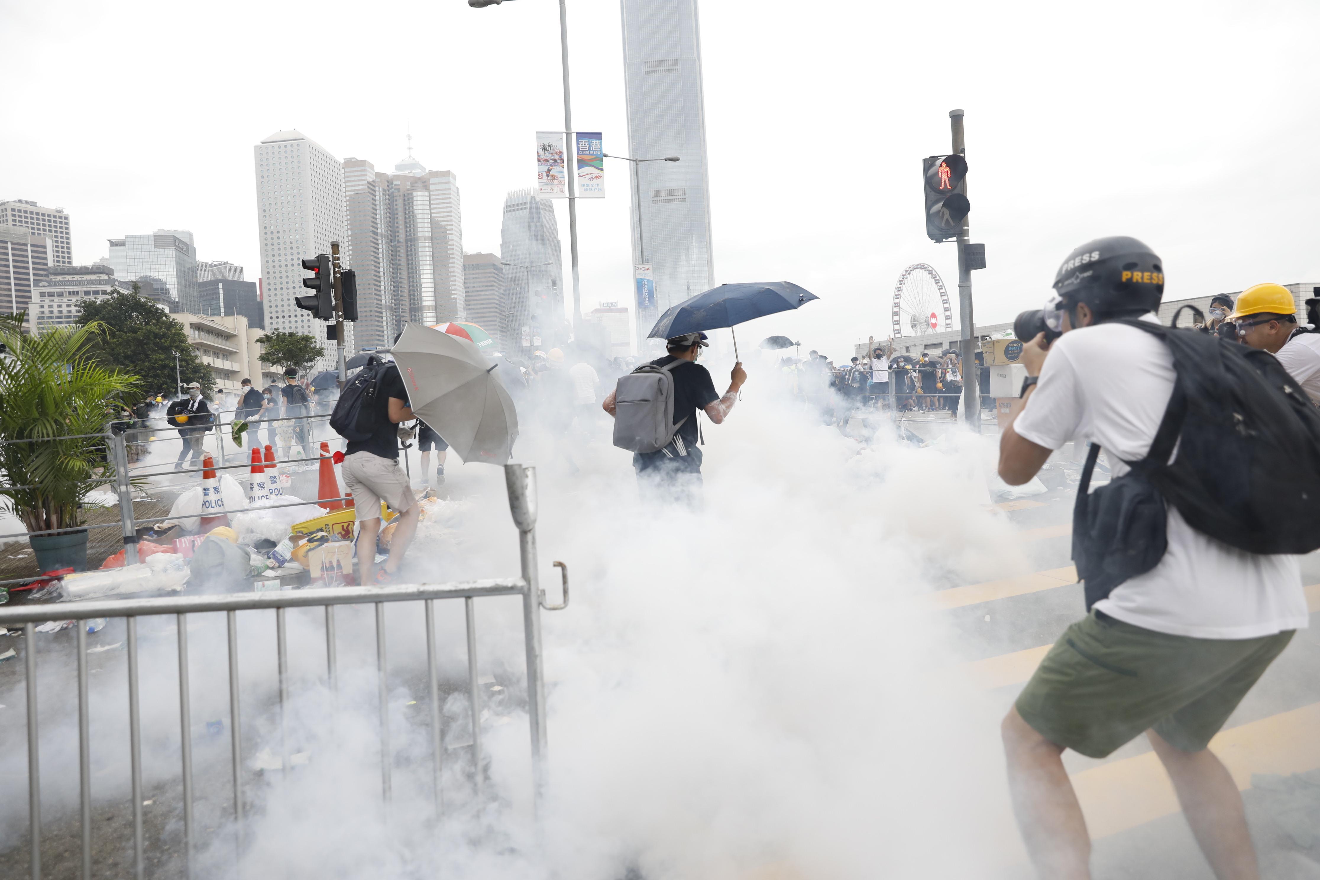 香港警察が催涙ガス-行政長官は秩序回復促す、条例撤回意思なし - Bloomberg