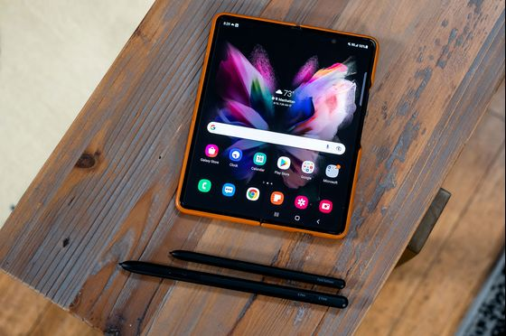 Samsung Makes $999 Foldable Phone in Challenge to Coming iPhones