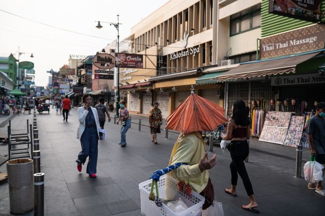 The pandemic has caused a customer loss of three-quarters to the food vendors along Khaosan Road.