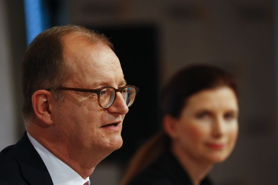Commerzbank Urged to Step Up Cuts, Overhaul Model in Review