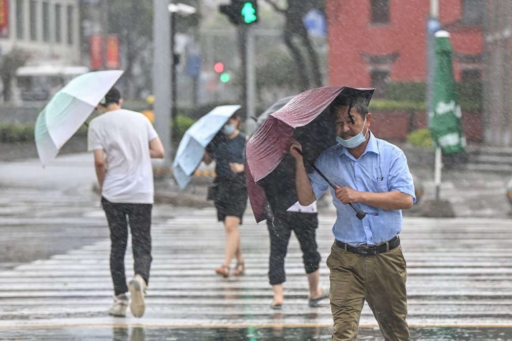 Wind and rain batter an intersection in Ningbo on July 25.