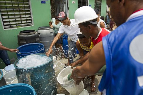 Collecting Water in Santo Domingo