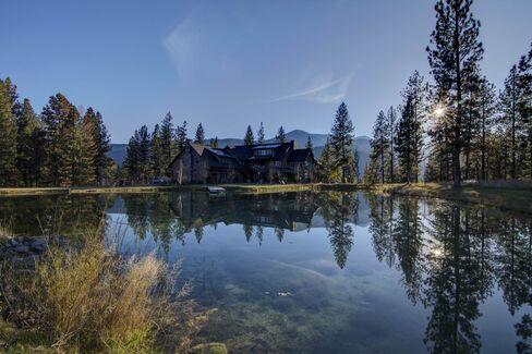 敷地内には3つの池もある総面積255エーカーのモンタナ豪邸