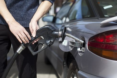 Consumer Comfort in U.S. Falls to Seven-Month Low on Gas