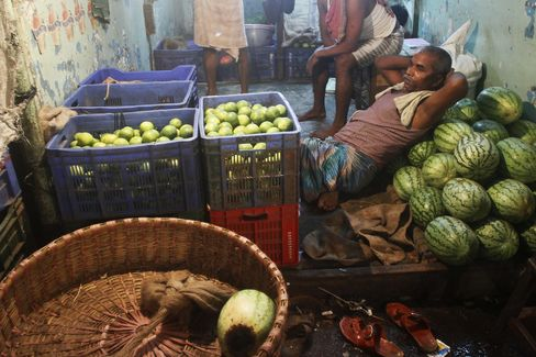 India Holds Key Rate, Skirting Global Easing to Damp Inflation